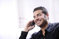 Homem novo que usa o telefone Imagem de Stock Royalty Free
