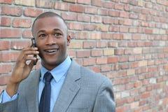 Homem novo que usa o telefone esperto que obtém notícia chocante Homem de negócios surpreendido que chama com smartphone móvel Imagem de Stock