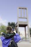 Homem novo que usa seu smartphone para disparar em um PIC Fotos de Stock