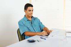 Homem novo que usa um portátil Imagens de Stock
