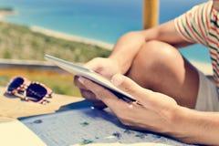Homem novo que usa um tablet pc fora Fotografia de Stock