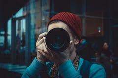 Homem novo que usa uma câmera profissional fotografia de stock royalty free