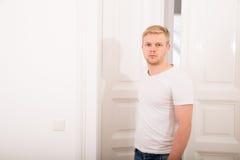 Homem novo que vem em casa Fotografia de Stock Royalty Free