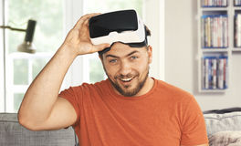 Homem novo que veste óculos de proteção da realidade virtual de VR Imagens de Stock Royalty Free