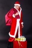 Homem novo que veste como Papai Noel. Imagem de Stock