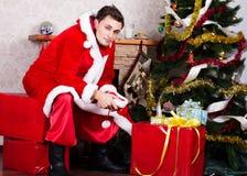 Homem novo que veste como Papai Noel. Imagem de Stock Royalty Free