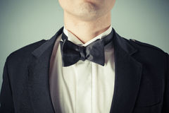 Homem novo que veste um laço e um smoking Imagens de Stock Royalty Free