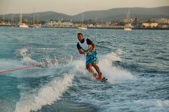 Homem novo que wakeboarding Fotografia de Stock