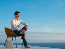 Homem novo relaxado em casa no balcão foto de stock royalty free