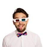 Homem novo sério que veste os vidros 3d Fotos de Stock Royalty Free