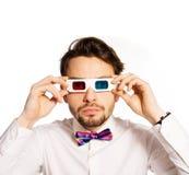 Homem novo sério que veste os vidros 3d Foto de Stock Royalty Free