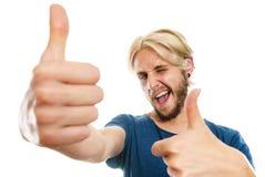 Homem novo satisfeito que dá o polegar acima Imagem de Stock