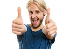 Homem novo satisfeito que dá o polegar acima Foto de Stock