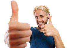 Homem novo satisfeito que dá o polegar acima Imagens de Stock Royalty Free