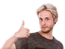 Homem novo satisfeito que dá o polegar acima Fotografia de Stock