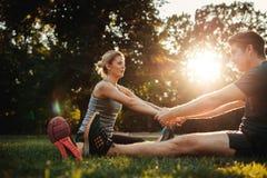 Homem novo saudável e mulher que exercitam junto foto de stock royalty free