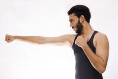 Homem novo seguro da aptidão com mãos fortes e os punhos apertados Imagens de Stock Royalty Free
