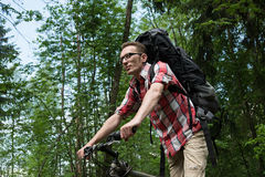 Homem novo seguro na bicicleta progressista Foto de Stock Royalty Free