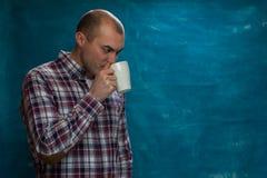 Homem novo seguro que levanta com café fotografia de stock