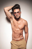 Homem novo 'sexy' quente que inclina-se em um branco wal Imagem de Stock