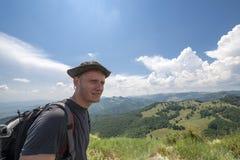 Homem novo sobre a montanha Foto de Stock Royalty Free