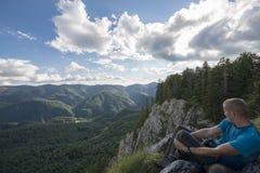 Homem novo sobre a montanha Imagem de Stock Royalty Free