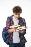 Homem novo surpreendido com livros Fotos de Stock