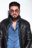 Homem novo surpreendido no casaco de cabedal Fotos de Stock Royalty Free