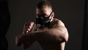 Homem novo terrível em uma máscara Batidas agressivas adiante vídeos de arquivo