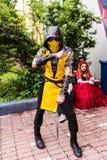 Homem novo vestido como o escorpião da concessão mortal de Kombat Foto de Stock Royalty Free