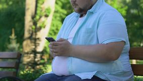 Homem obeso novo que procura amigos na rede, incerta sobre o peso corporal video estoque