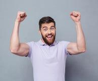 Homem ocasional alegre que comemora seu sucesso fotografia de stock