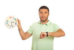 Homem ocasional com pulso de disparo e relógio de pulso Imagens de Stock