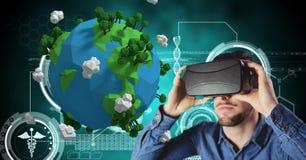 Homem ocasional com vidros virtuais na frente da terra 3D Fotos de Stock Royalty Free