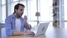 Homem ocasional da barba em choque que trabalha no portátil filme