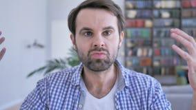Homem ocasional da barba da luta irritada no trabalho no escritório video estoque