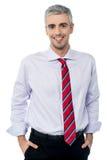 Homem ocasional de sorriso feliz envelhecido fotos de stock