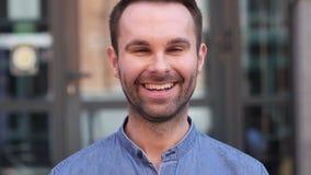 Homem ocasional de sorriso que olha a c?mera vídeos de arquivo