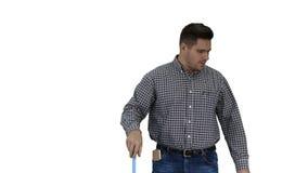 Homem ocasional dos serviços do cuidado e da limpeza do assoalho que limpa o assoalho e que mostra o polegar acima do gesto no fu