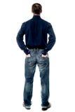 Homem ocasional envelhecido meio da parte traseira fotos de stock