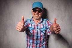 Homem ocasional feliz envelhecido que faz o sinal aprovado Fotos de Stock Royalty Free