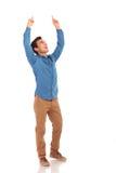Homem ocasional feliz que comemora a vitória com mãos no ar Fotografia de Stock
