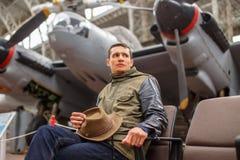 Homem ocasional no museu do avião Fotos de Stock Royalty Free