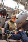 Homem ocasional no museu do avião Foto de Stock