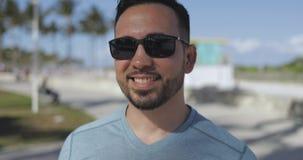 Homem ocasional nos óculos de sol fora video estoque