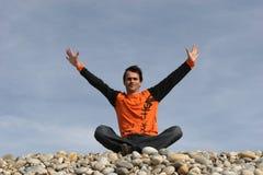 Homem ocasional novo com os braços largos Fotos de Stock Royalty Free