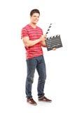 Homem ocasional que guarda um aplauso aberto do filme foto de stock