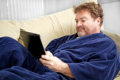Homem ocasional que usa o PC da tabuleta fotos de stock royalty free