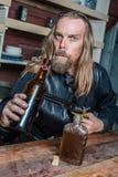 Homem ocidental bêbado na tabela fotografia de stock