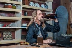 Homem ocidental bêbado na tabela imagens de stock royalty free